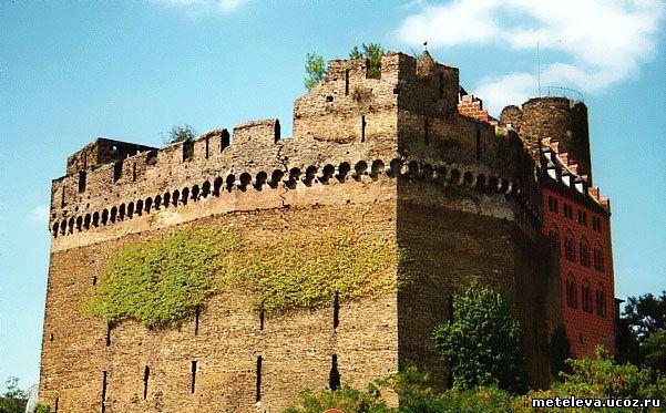 Щитовая стена, мощная стена исключительной толщины и высоты